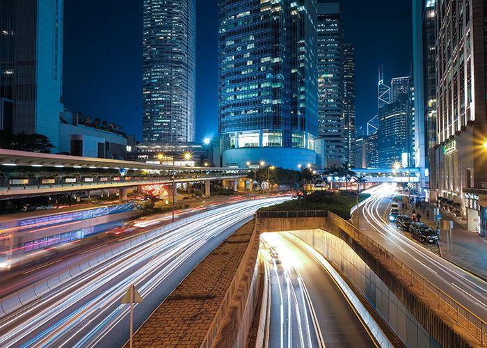 Fahrbahn und Skyline bei Nacht