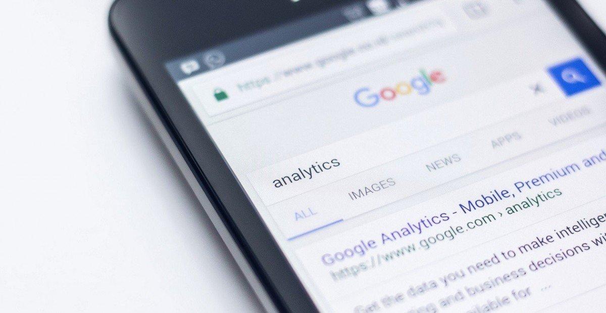 Smartphonebildschirm mit Googlesuche nach Analytics
