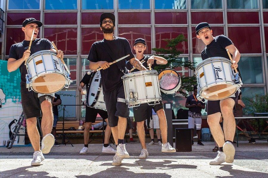 Die Berlin Äcademy für Marching Drums – BÄM – hat für Stimmung beim WelcomeCamp 2019 gesorgt.