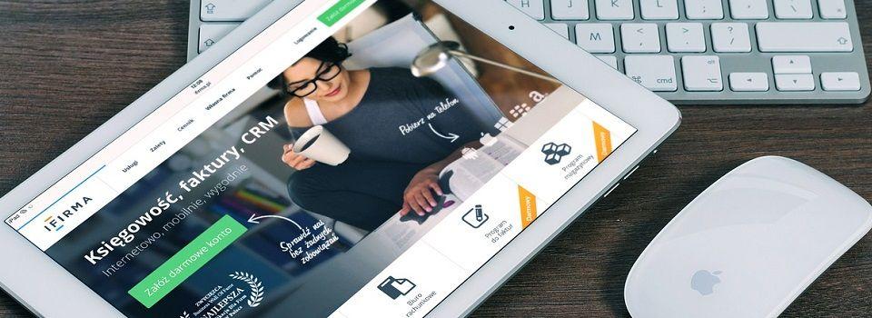 Tablet mit geöffneter Startseite eines Internetshops